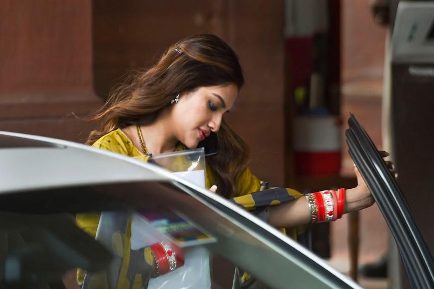 बंगाली अभिनेत्री नुसरत जहाँ खासदार म्हणून निवडून आल्यापासून त्यांच्या संसदेतल्या वावरावर सर्वांचं लक्ष आहे. त्या पहिल्यांदा संसदेत दाखल झाल्या त्या नवविवाहितेच्या आभूषणांसह.