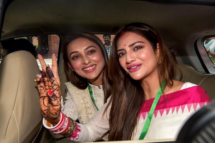 नुसरात जहाँ आणि मिमी चक्रवर्ती या दोन्ही बंगाली अभिनेत्री पहिल्या दिवसापासूनच संसदेत लक्ष वेधून घेत आहेत.