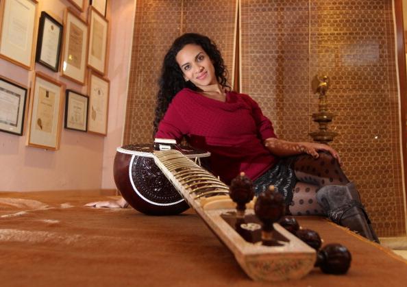 भारताचे सुप्रसिद्ध सितार वादक पंडित रवी शंकर यांची मुलगी अनुष्क शंकरही लग्नाआधी गरोदर राहिली होती. तिच्या मुलाचं नाव जुबिन आहे.