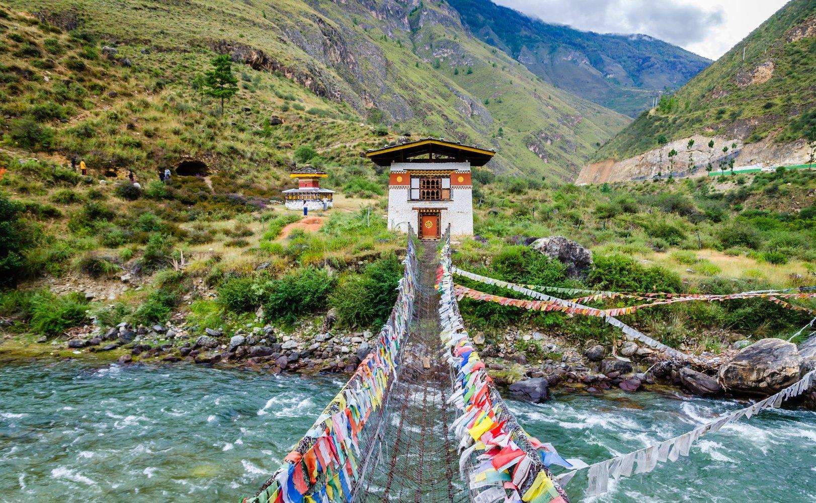भूटान- भारताच्या बाजूलाच असलेला हा देश पर्यटनासाठी सर्वोत्तम देश आहे. जगातील सर्वात गरीब देशांपैकी हा एक देश आहे. पण तरीही इथली सुंदर स्थळ भल्या भल्या श्रीमंत देशांना लाजवतील अशीच आहेत. हा देश फार सुखी आणि शांत आहे. भारतीयांना भूटान जाण्यासाठी व्हिसाची गरज लागत नाही.