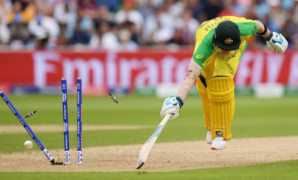 भारताचा माजी कर्णधार धोनी धावबाद झाला आणि सामना भारताच्या हातातून निसटला. ऑस्ट्रेलियाचा माजी कर्णधार स्टीव्हन स्मिथसुद्धा तशाच पद्धतीने धावबाद झाला.