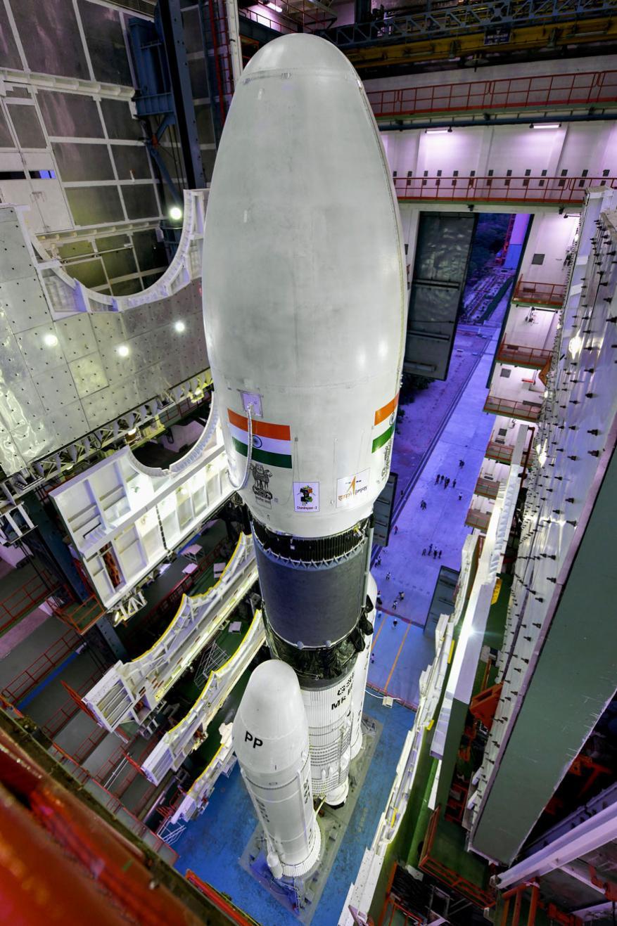 इस्रोच्या या चांद्रयानाचं मोठं आकर्षण आहे 'बाहुबली' रॉकेट. हे रॉकेट आता लाँचपॅडवर आणण्यात आलं आहे. याच बाहुबली रॉकेटवर चांद्रयान मोहिमेचं यश अवलंबून आहे.