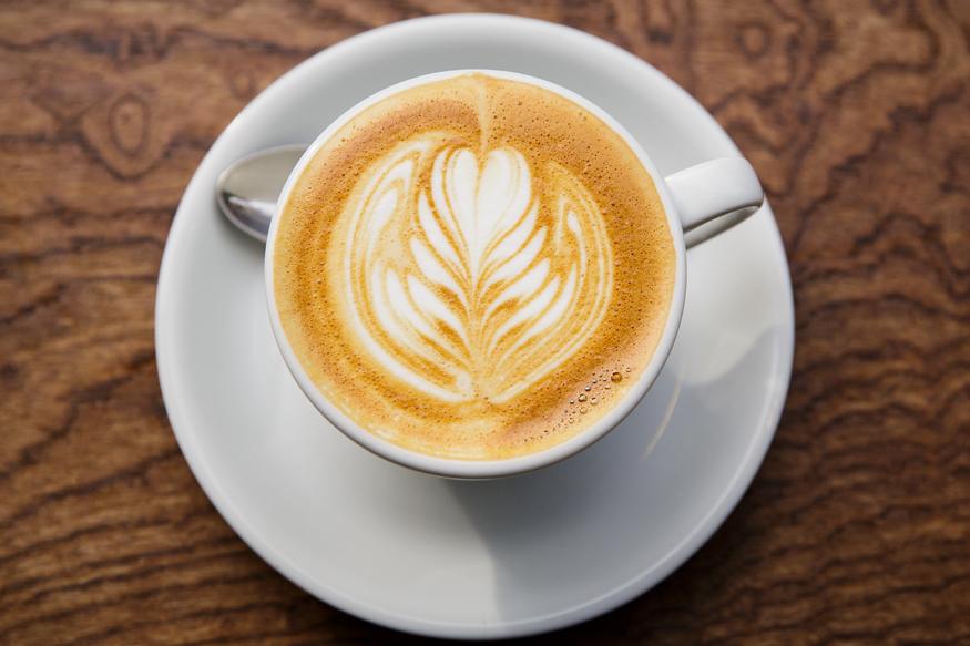 चहा आणि कॉफीचं जास्त प्रमाणातील सेवन तुमच्या आरोग्यासाठी हानिकरक असतं. यातील कॅफीन हाडांना ठिसूळ बनवतं.
