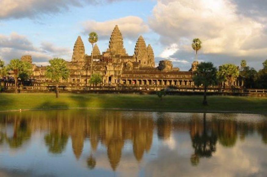 कंबोडिया : व्हिएतनामजवळचा हा देश हिंदू आणि बौद्ध साम्राज्य असलेला प्रभावी देश होता. इथे अंगरोकवाटमधलं सर्वात मोठं मंदिर आहे. सिल्व्हर पॅगोडा, बायोन मंदिर, तोनले साप ही पर्यटन स्थळंही प्रसिद्ध आहेत.  एका भारतीय रुपयाची किंमत कंबोडियामध्ये 5 हजार 935 रुपये होते. भारतातून कंबोडियाची राजधानी नोम पेन्ह इथे पोहोचण्यासाठी सुमारे 5 तास लागतात.