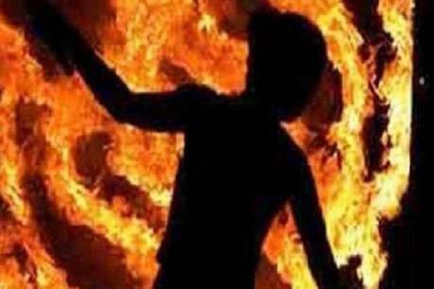 धक्कादायक, गाडीतलं पेट्रोल काढून मुलाने आईला जिवंत जाळलं!