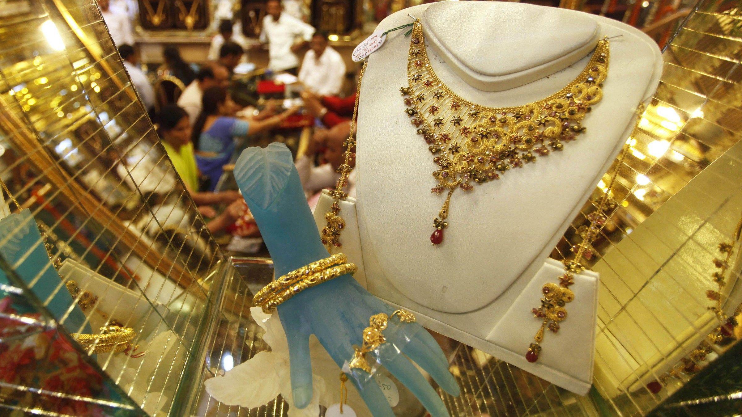 8 ग्रॅम गिन्नीचा भाव 27,400 रुपये आहे. शनिवारी ( 13 जुलै ) सोनं 170 रुपयांनी वाढलं. ते 35,570 रुपये प्रति 10 ग्रॅम झालं होतं तर चांदी 175 रुपयांच्या वृद्धीनं 39,200 रुपये प्रति किलोग्रॅम होती.
