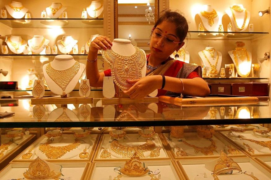 सोन्याच्या किमतीत घसरण झालीय. दिल्ली सराफा बाजारात सोनं 100 रुपयांनी कमी होऊन 35,470 रुपये प्रति 10 ग्रॅम झालंय.