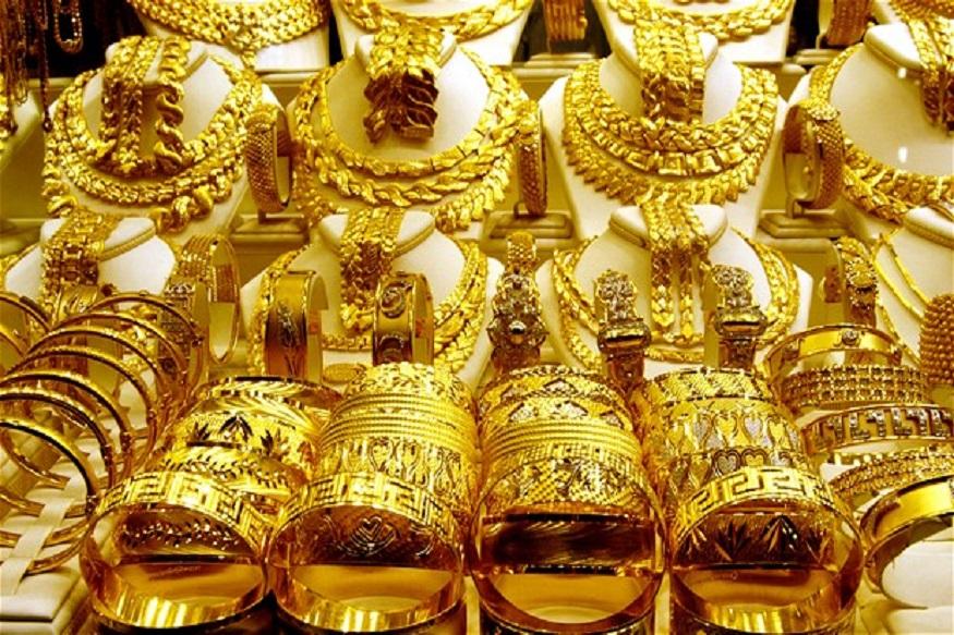 दिल्लीत 99.9 टक्के शुद्ध सोन्याची किंमत 100 रुपयांनी कमी होऊन  35,470 रुपये झालीय. तर 99.5 टक्के शुद्ध सोन्याची किंमत 35,300 रुपये आहे.