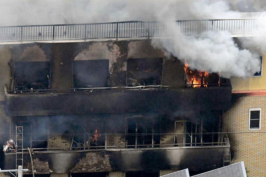 इमारतीतून सतत धूर येत होता. लोकांना घोंगडीमध्ये घालून बाहेर आणावं लागत होतं.