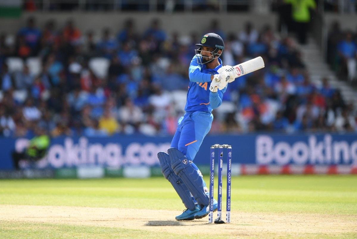 आयसीसी क्रिकेट वर्ल्ड कपमध्ये लंकेनं भारतासमोर 265 धावांचे आव्हान ठेवले आहे. प्रत्युत्तरादाखल खेळताना रोहित आणि केएल राहुलने भारताला भक्कम सुरुवात करून दिली. केएल राहुलसुद्धा शतक साजरं केलं.