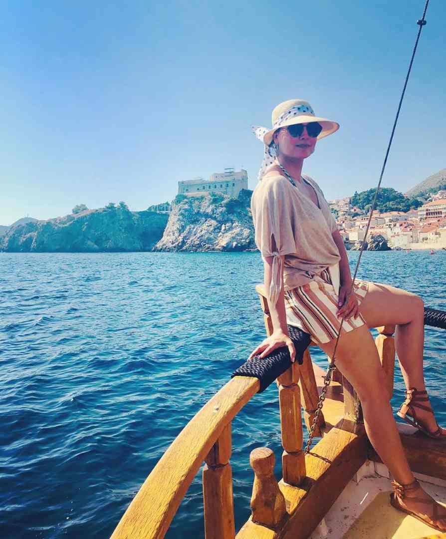 क्रोशियात तिने मजामस्ती तर केलीच शिवाय सेलिंगचा आनंदही लुटला. लारा तिच्या या सर्व फोटोंमध्ये फार सुंदर दिसत आहे. यावेळी तिने शर्ट आणि पीन स्ट्रीप शॉर्ट्स आणि स्ट्रॉ हॅट घातली होती.