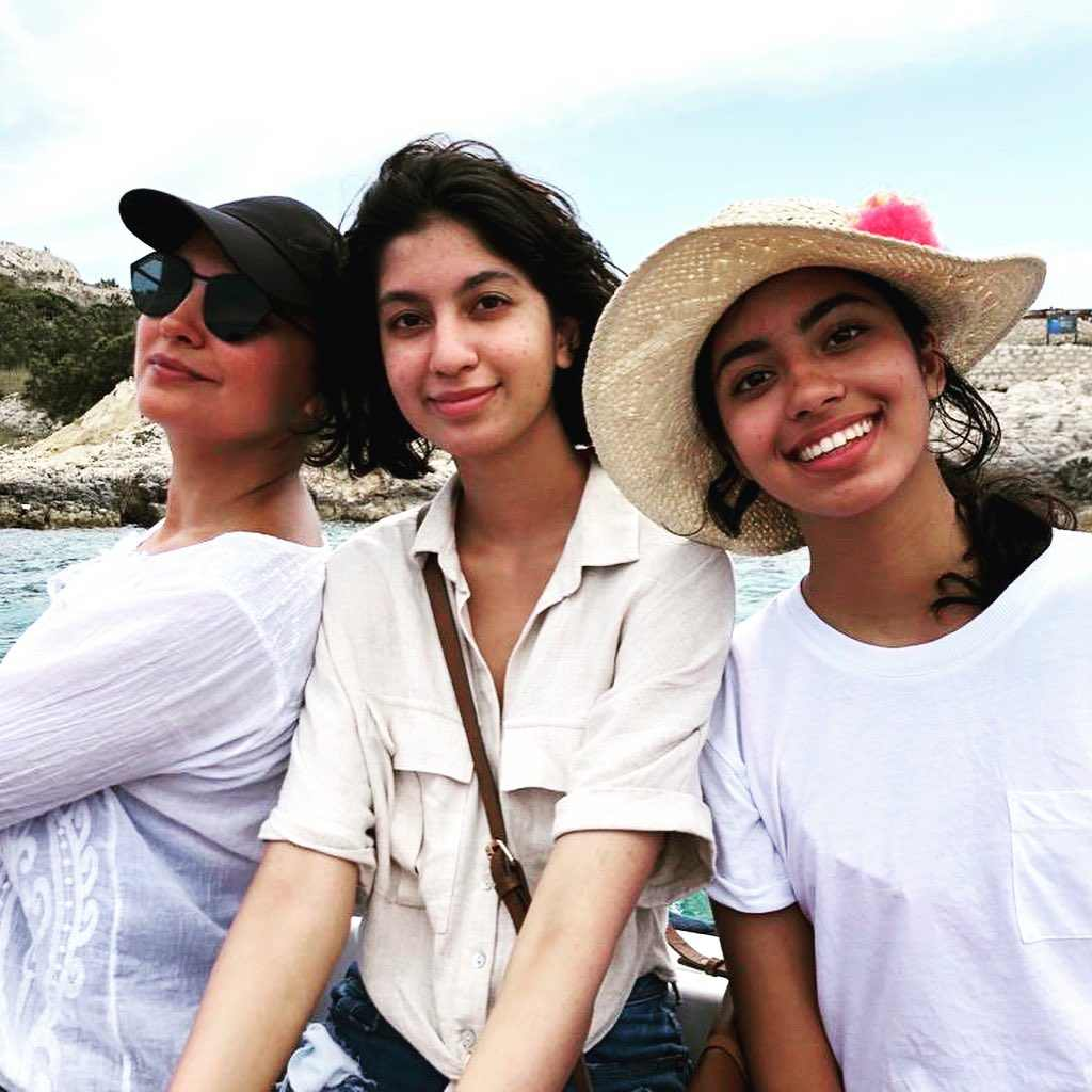 लाराने मिशेल आणि अनुषा या तिच्या भाच्यांसोबतचा फोटोही शेअर केला. यावेळी त्यांनी क्रोशियातील Hvar Island येथील डीप सी केव्जना भेट दिली.