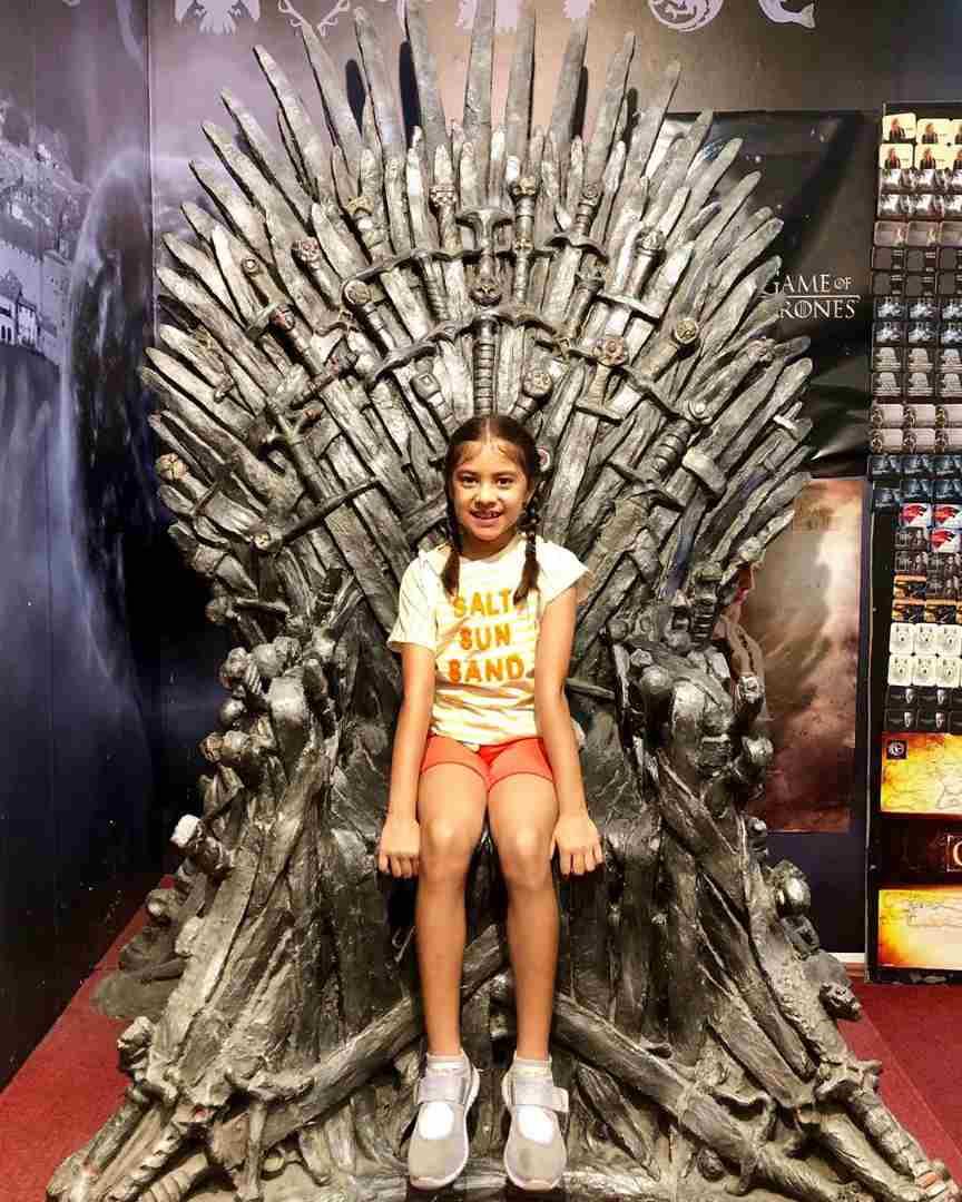 यानंतर लाराने मुलीचा गेम ऑफ थ्रोन सीरिजमधील खुर्चीवर बसलेला फोटो शेअर केला. या फोटोत दोन वेण्या घातलेली लाराची मुलगी फारच क्युट दिसत आहे.