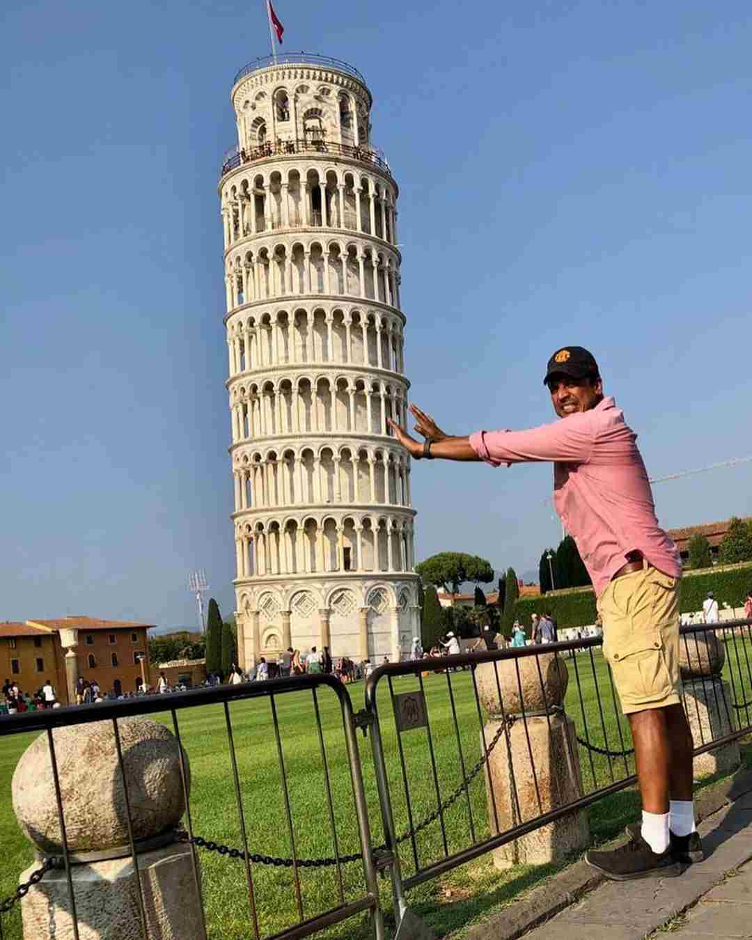लिनींग टॉवर ऑफ पिसाकडे गेल्यावर पर्यटक ज्या पद्धतीने फोटो काढतात तसेच काहीसे फोटो लारानेही काढले. यात महेश तो कलंडलेला टॉवर सरळ करण्याचा प्रयत्न करताना दिसत आहे. यात महेशला थोडं यशही आलेलं दिसतं.