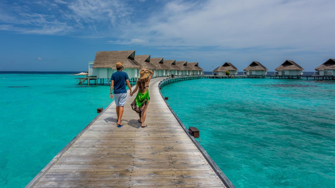 मालदीव- हिंद महासागराजवळ असलेलं हा देश छोट्या छोट्या बेटांनी सजलेला आहे. व्हिसाशिवाय इथे 30 दिवस राहता येऊ शकते. शॉपिंग, रेस्तराँ, बीच, निसर्गरम्य वातावरण या सगळ्याची मजा घ्यायची असेल तर एकदा तरी या देशात जाच. या देशाचं वैशिष्ट्य म्हणजे स्वस्तात तुम्हाला लग्झरी आयुष्य जगता येऊ शकतं.