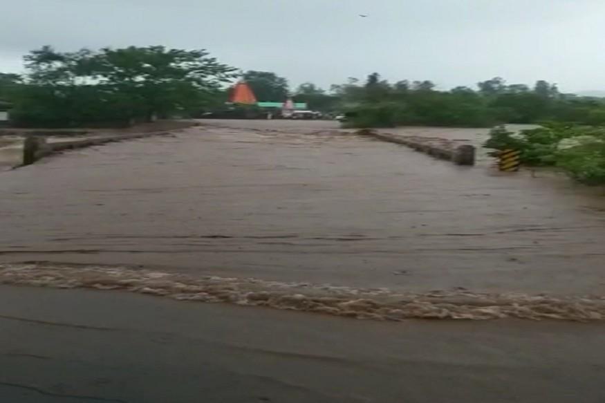 सिंधुदुर्गातही पावसाचा जोर वाढला आहे. माणगाव आंबेरी पुल पाण्याखाली गेला आहे. त्याचा वाहतूकीवर मोठा परिणाम झाला आहे. कुडाळ तालुक्यातल्या 27 गावांचा संपर्क तुटला आहे.