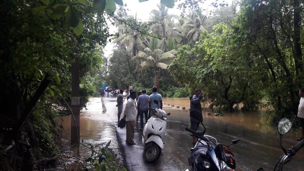 सिंधुदुर्गात वेंगुर्ले सावंतवाडी रस्ताही वाहतुकीसाठी बंद करण्यात आला आहे. होडावडे पुलावरदेखील पाणी साचलं आहे.