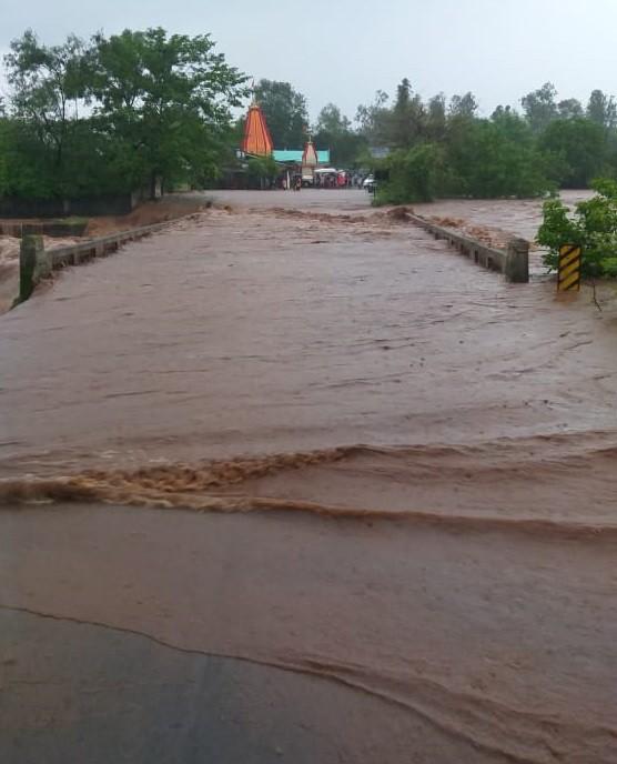 रत्नागिरीमध्ये आज सकाळपासून पुन्हा मुसळधार  पावसाने सुरुवात केली आहे. जिल्ह्यातील सर्वच भागात पावसाचा जोर असल्यामुळे आज पुन्हा मुंबई-गोवा महामार्गावरील वाहतुकीवर परिणाम होतो आहे.