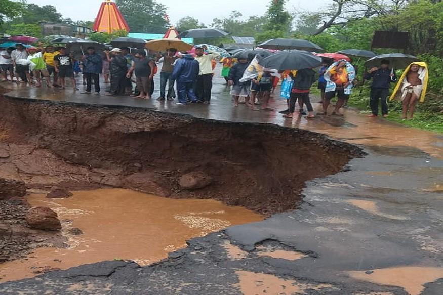 त्रंबकेश्वरमध्ये अतिवृष्टीमुळे मोखाडा रस्त्याला भगदाड पडलं आहे. अर्धा रस्ताच वाहून गेला आहे. 20 फूट खोल, 15 फूट रुंद खड्डा पडल्यामुळे वाहतुकीवर परिणाम झाला आहे.