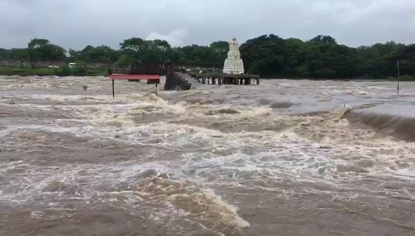 अनेक नद्यांचे पाणी पात्राबाहेर आल्याने मोठी जनजीवन विस्कळीत झाल्याचं चित्र आहे. नदीकाठच्या गावांना सतर्कतेचा इशारा देण्यात आला आहे. पंचगंगा नदीची पाणीपातळी 34 फुटांवर आली आहे. तर तिलारी, दाजीपूर भागात मुसळधार पावसाला सुरुवात झाली आहे.