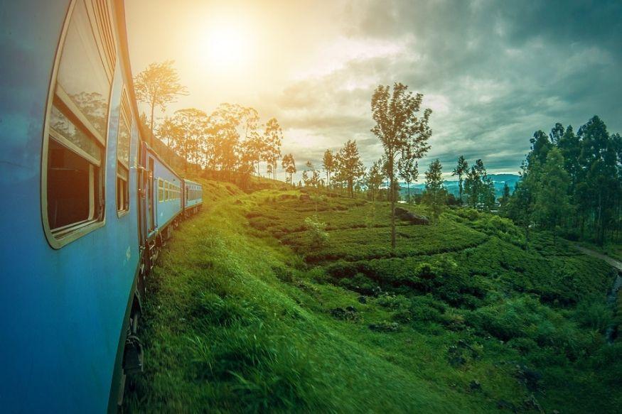 श्रीलंका : हिंदी महासागरातलं हे बेट भारतापासून केवळ 3 तासांच्या अंतरावर आहे. भारतातून दरवर्षी सुमारे 2 लाख पर्यटक श्रीलंकेला जातात. कोलंबो, कँडी हिल स्टेशन ही इथली आकर्षणाची ठिकाणं. केरळमधल्या कोचीहून कोलंबोसाठी थेट विमानं आहेत. एक ट्रेनही आठवड्यातून एकदा चेन्नईहून श्रीलंकेला जाते. इथे भारतीय रुपयाची किंमत 256 रुपये आहे.