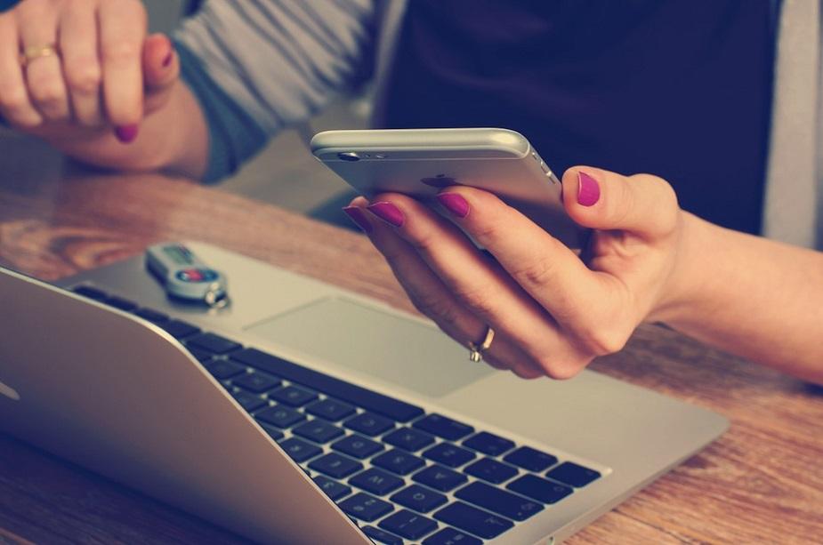 समाजील अल्पवयीन मुलींना मोबाइल वापरण्यास बंदी घालण्यात आली आहे.