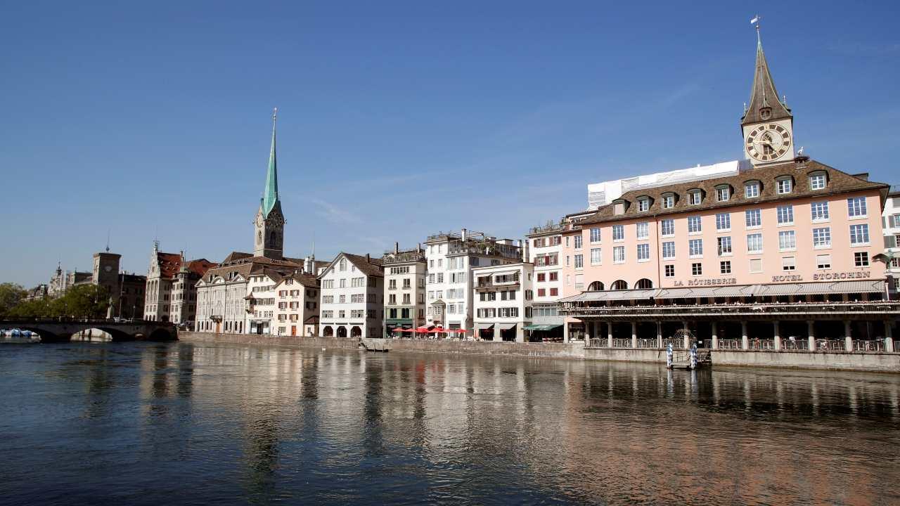 धरतीवरील स्वर्ग म्हणवल्या जाण्याऱ्या स्वित्झर्लंडमधील एका शहराचं नावही या यादीत आहे. झुरिच हे शहर आहे महागड्या शहरांमध्ये पाचव्या क्रमांकावर. युरोपातील हे एकमेव शहर आहे जे टॉप दहाच्या यादीमध्ये आलं आहे. त्याची अनेक कारणं आहेत. त्यापैकी एक म्हणजे आंतरराष्ट्रीय पातळीवरील चालू असलेलं व्यापार युद्ध आणि डॉलरच्या तुलनेत कमजोर होत असलेलं स्थानिक चलन. (फोटो : Reuters)