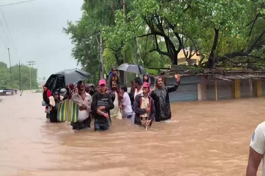 VIDEO पूरग्रस्तांच्या मदतीसाठी मंत्री उतरले पाण्यात, मुलीला घेतलं खाद्यांवर