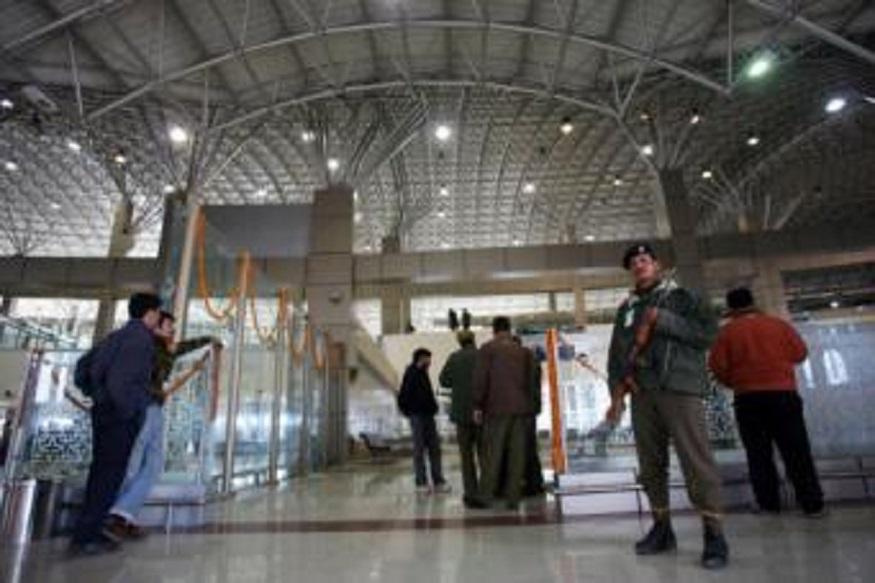 Kashmir, Artcile 370 : काँग्रेसच्या या नेत्याला एअरपोर्टवरच अडवलं, काश्मीरमध्ये जायला मज्जाव