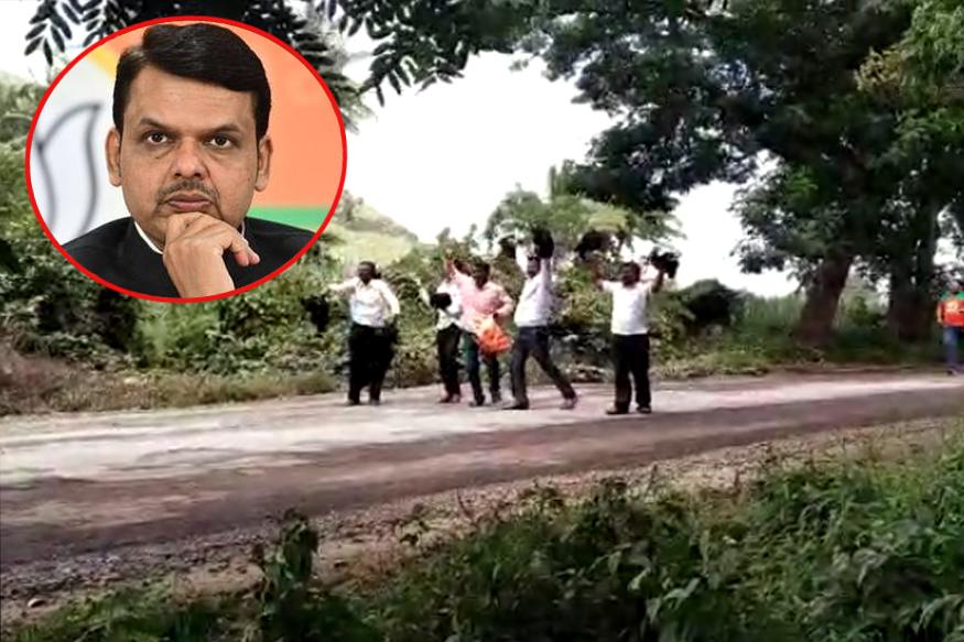 राजू शेट्टींचा गनिमी कावा.. मुख्यमंत्र्यांच्या ताफ्यासमोर फेकल्या कडकनाथ कोंबड्या