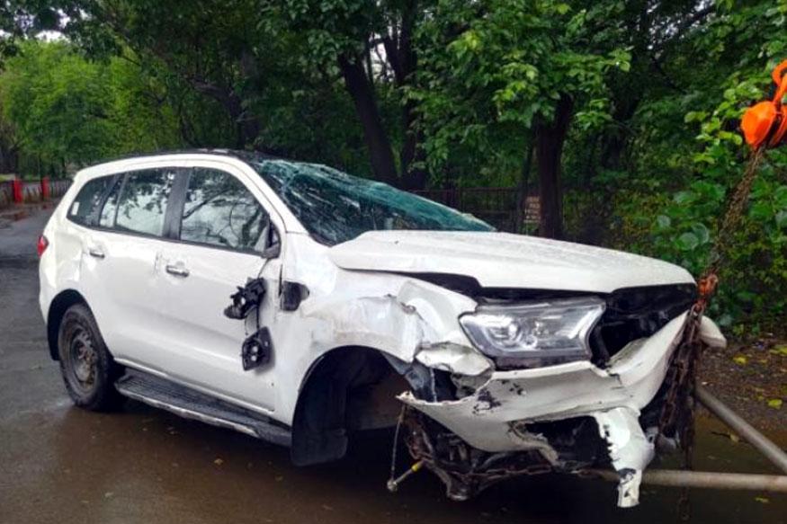 धनंजय मुंडे यांच्या ताफ्यातील गाडीला पुणे-मुंबई एक्स्प्रेसवेवर अपघात