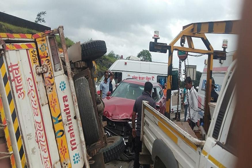 मुंबई-पुणे महामार्गावर भीषण अपघात, महिंद्रा पिकअप आणि कारच्या धडकेत 6 जण गंभीर जखमी