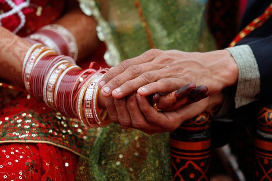 लग्नासाठी मदत हवीय? तर नवरदेवाला पाठवावा लागेल 'टॉयलेट'सोबत सेल्फी!