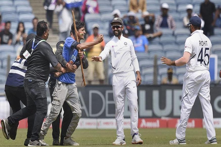 India vs South Africa : टीम इंडियाची सुरक्षा वाऱ्यावर! चाहत्यानं भरमैदानात रोहित शर्माच्या अंगावरच मारली उडी