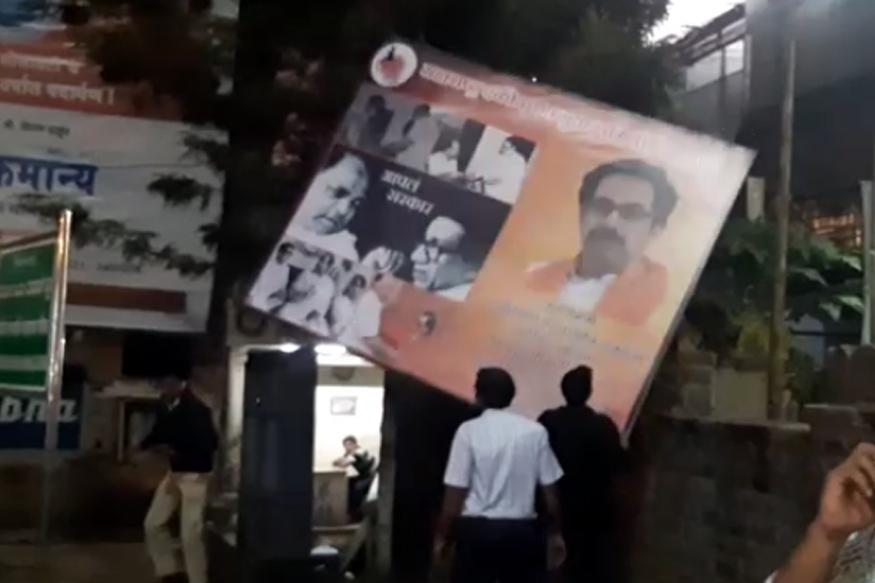 कर्नाटकी पोलिसांची पुन्हा दडपशाही.. उद्धव ठाकरेंच्या अभिनंदनाचे फलक हटवले