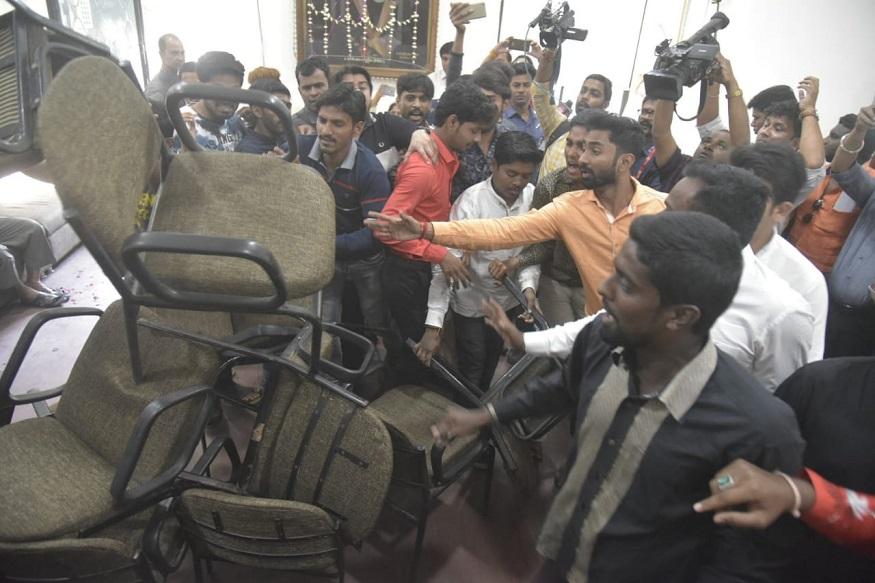 नागपुरात काँग्रेसमध्ये राडा, खुर्च्यांची फेकाफेक करत कार्यकर्त्यांनी घातला गोंधळ
