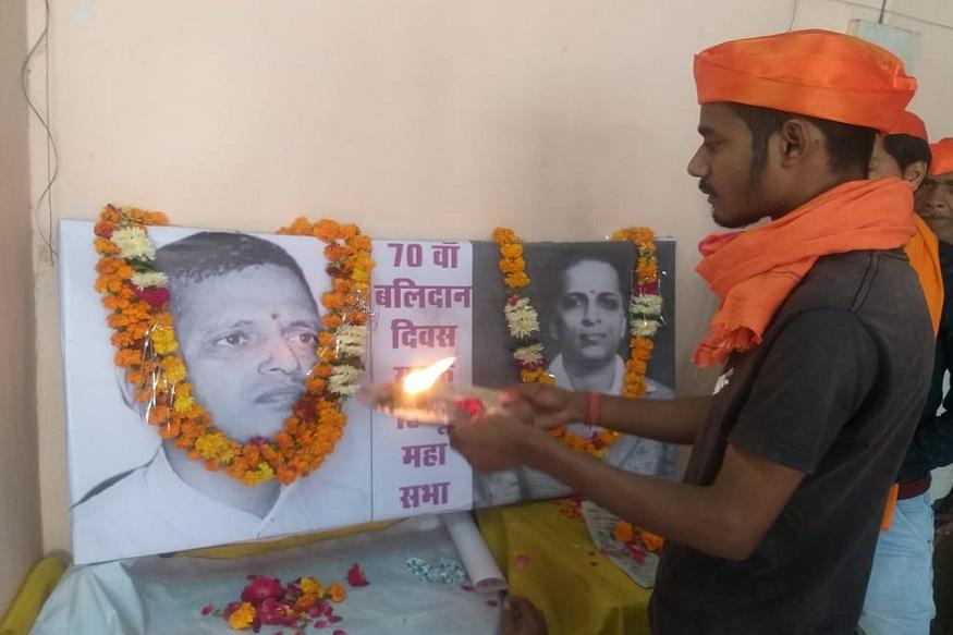 गोडसेच्या फाशीला 70 वर्षे, हिंदू महासभेनं आरतीनंतर केली धक्कादायक मागणी