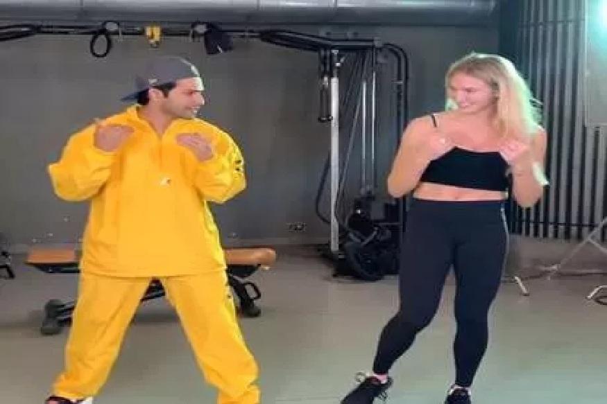 वरुण धवननं WWE रेसलरला शिकवला बॉलिवूड डान्स, सोशल मीडियावर VIDEO VIRAL