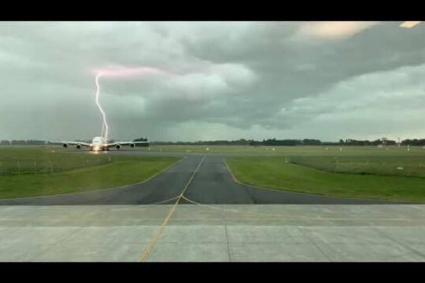 भयानक! विमानावर कोसळली वीज अंगावर काटा आणणारा PHOTO VIRAL