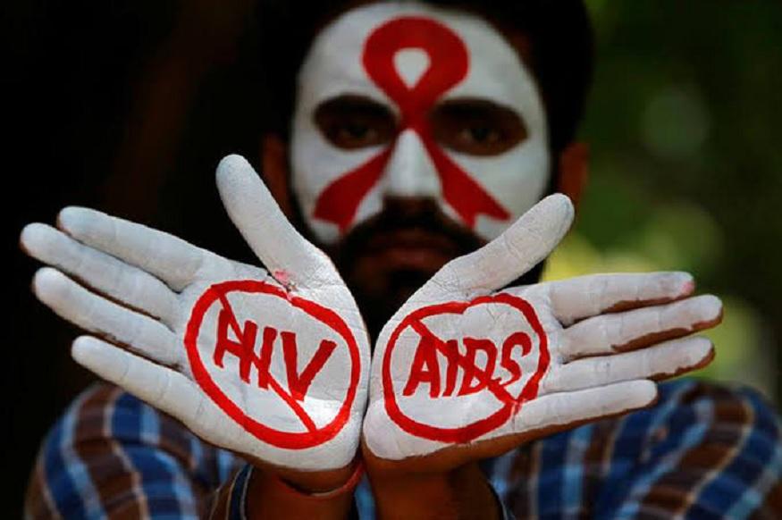KISS केल्यानं AIDS होतो? जाणून घ्या HIV बद्दलचे 5 गैरसमज