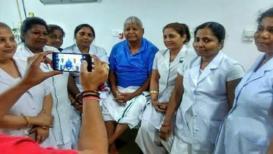 हॉस्पीटलच्या नर्सेसमध्ये लालूंची 'क्रेझ'; उपचारानंतर काढले फोटो
