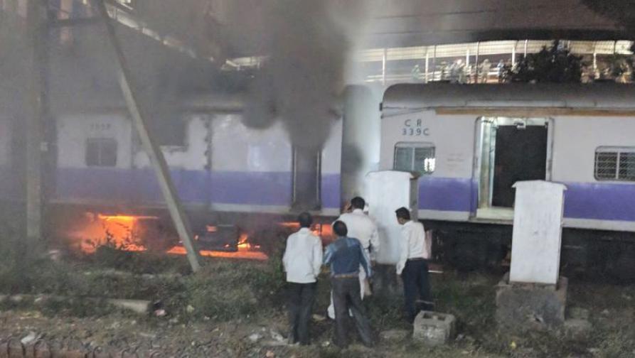 मुंबईत दादर स्टेशनवर लोकलच्या डब्यांना लागलेली आग आटोक्यात