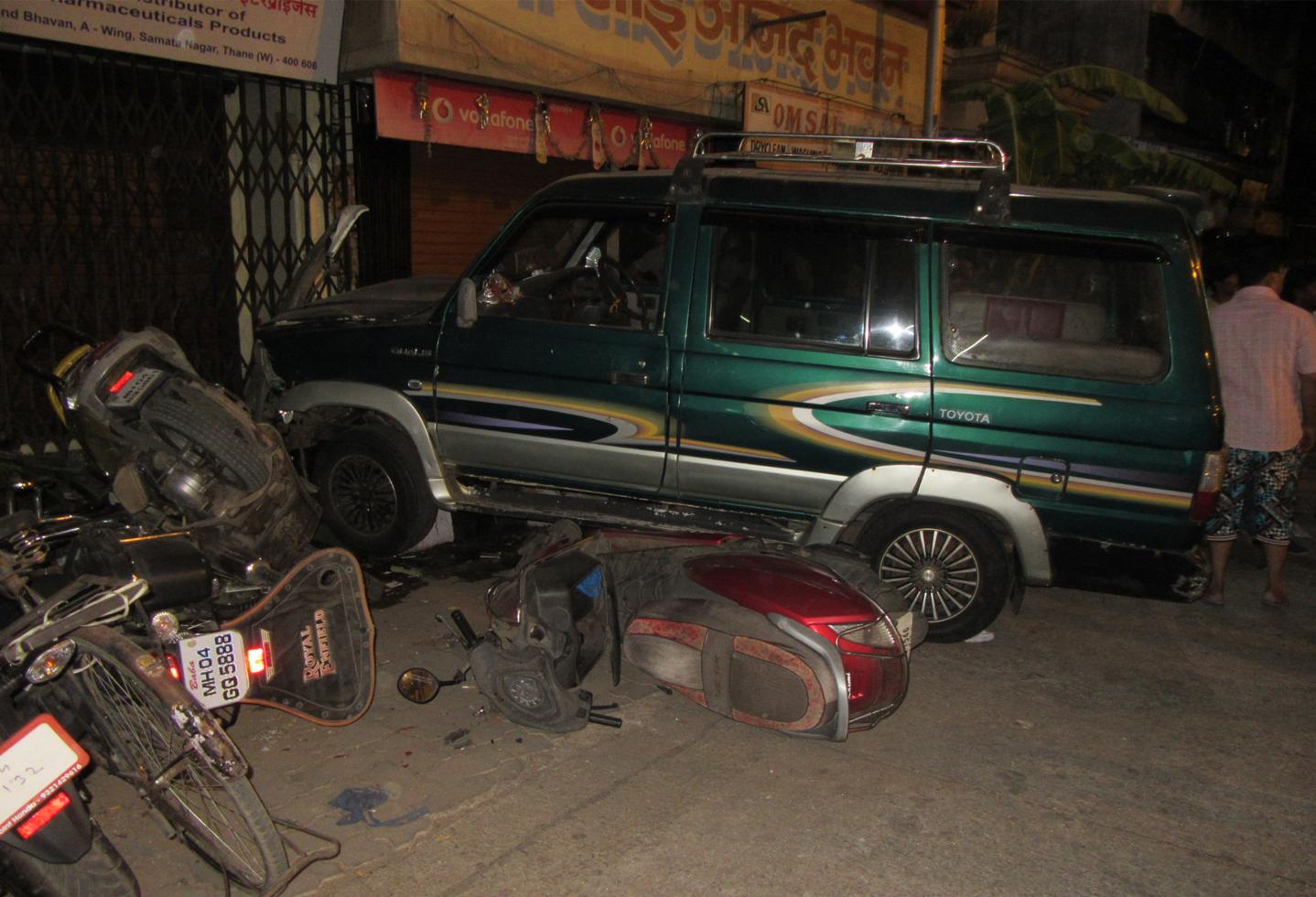 मद्यधुंद पोलिसांचा प्रताप, ठाण्यात 6 गाड्यांना ठोकलं