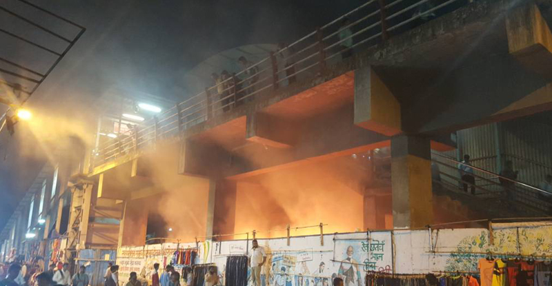 डोंबिवली रेल्वे स्टेशनजवळील पुलाखाली लागलेली आग आटोक्यात
