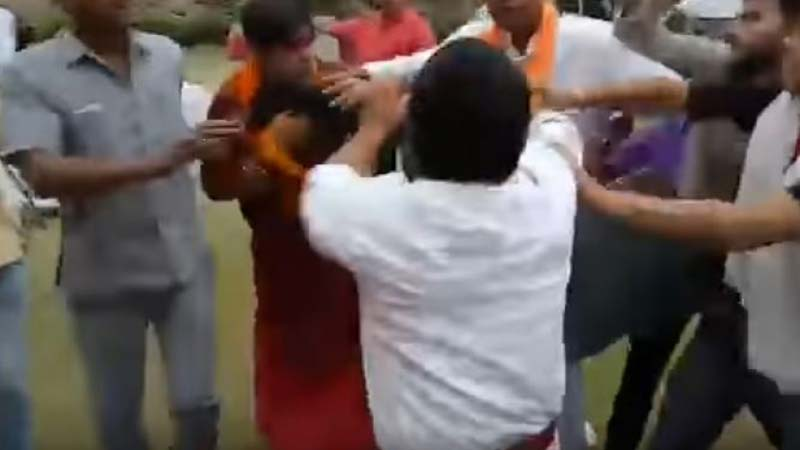 वादग्रस्त स्वामी ओम बाबाला दिल्लीकरांनी बदडलं