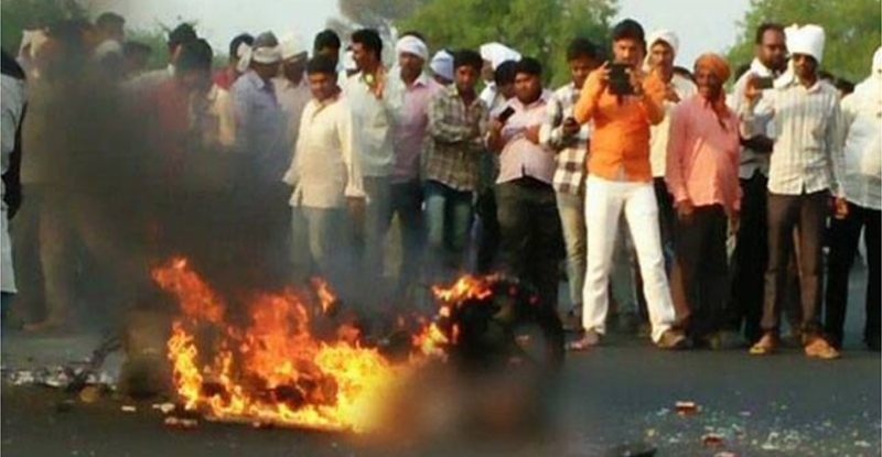 खरंच माणुसकी मेली ; 'तो' जळत होता आणि लोकं मोबाईलमध्ये व्हिडिओ रेकाॅर्ड करत होते