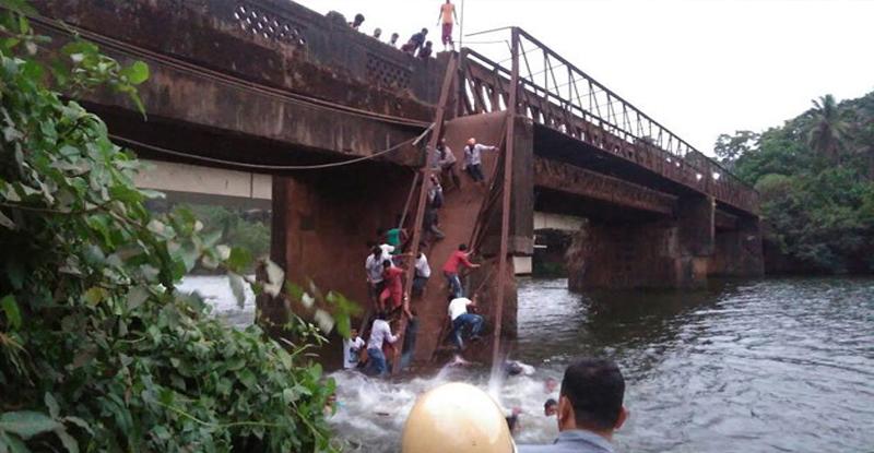 गोवा : आत्महत्या करणाऱ्या तरुणाला वाचवताना पूल कोसळला ; 2 ठार, 30 जण बेपत्ता