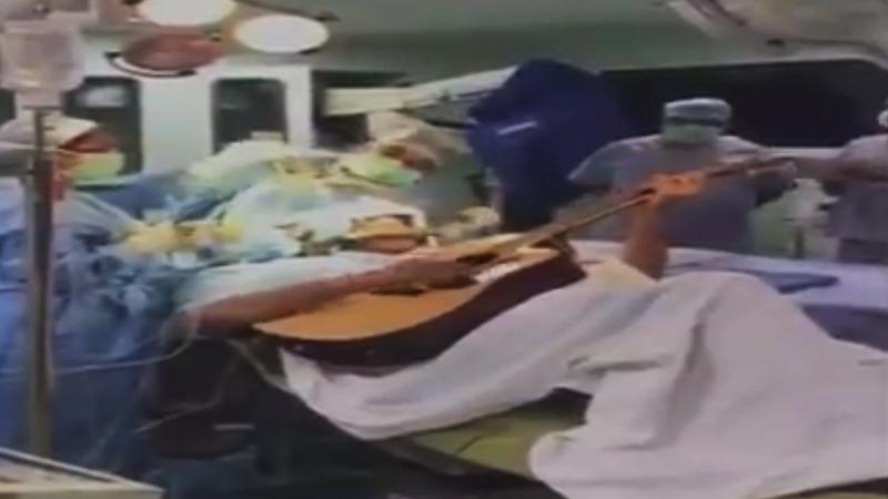 ऐकावं ते नवलंच, मेंदूचं आॅपरेशन सुरू असताना 'तो' वाजवत होता गिटार