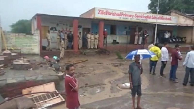 निबोडी गावात शाळेचे छत कोसळून तिघांचा मृत्यू;  गावकऱ्यांची कारवाईची मागणी