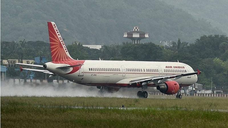 पावसामुळे मुंबईची विमानसेवा विस्कळीत;56 विमानांचे मार्ग बदलले